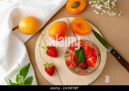 Strawberry punch hausgemachte Cocktails, frisch Aprikosen und Loquat für den Hintergrund. Erfrischende Getränke Konzept. - Stockfoto