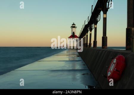 Herbst Sonnenaufgang am Michigan Stadt Leuchtturm, Indiana. - Stockfoto