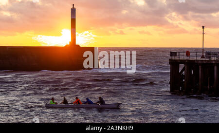Aberystwyth, Ceredigion, Wales, UK. 09. Oktober 2019 Großbritannien Wetter: Aberystwyth rudern Team Training im Hafen Gewässer bei Sonnenuntergang in Aberystwyth, nach einem Tag der blustery Duschen und Sonnenschein: © Ian Jones/Alamy leben Nachrichten - Stockfoto