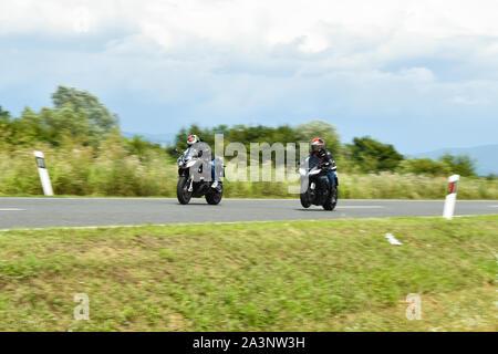 Nova Gradiska, Kroatien - 13. Juli 2019: Zwei biker Racing auf Sport Motorräder, Geschwindigkeit, motion blur - Stockfoto