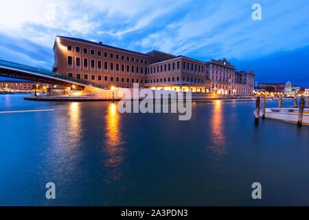 Verfassung Brücke und Bahnhof Santa Lucia nach Sonnenuntergang in Canal Grande Venedig Italien.