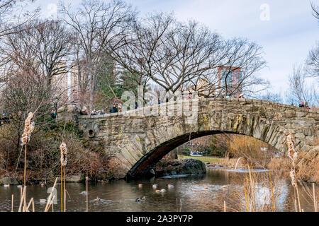 New York City, NY, USA - 25. Dezember, 2018 - Schöne kalte sonniger Tag im Central Park See mit Enten in der Nähe von Gapstow Brücke, Manhattan.