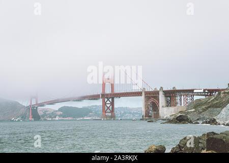 Blick auf die Golden Gate Bridge im Nebel aus dem nahen Strand
