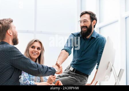 Junge Frau Diskussion von Angelegenheiten mit ihren Kollegen - Stockfoto
