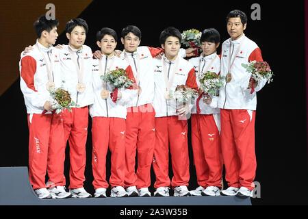 Oktober 9, 2019: Das Team aus Japan, bestehend aus DAIKI HASHIMOTO, YUYA KAMOTO, KAZUMA KAYA, SHOGO NONMURA, KAKERU TANIGAWA und WATARU TANIGAWA, stand auf dem Podium Auszeichnungen während der Team Finale in der Hanns-Martin-Schleyer-Halle in Stuttgart statt. (Bild: © Amy Sanderson/ZUMA Draht) - Stockfoto