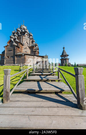 Die hölzerne Kirche (Pokrovskaya Kirche), St. Petersburg, Russland. Das Denkmal der Holzarchitektur Pokrowski Friedhof - Stockfoto