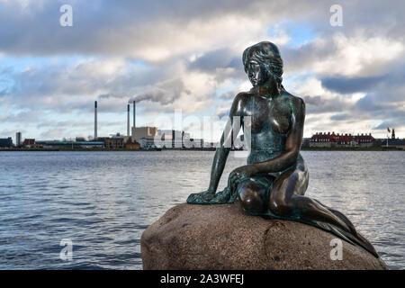 Dänemark: Kopenhagen. Wahrzeichen der Stadt, die kleine Meerjungfrau ist eine Bronzestatue thront auf einem Felsen in der Churchill Park. Es ist eine Darstellung der Char - Stockfoto