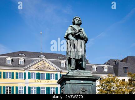 22.09.2019, Bonn, Nordrhein-Westfalen, Deutschland - Beethoven Denkmal vor der Hauptpost auf Münsterplatz. 2020 Bonn feiert Beethov - Stockfoto