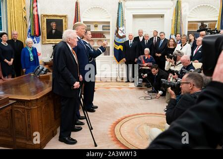 Us-Präsident Donald Trump präsentiert der ehemalige Justizminister Edwin Meese, Links, mit der Presidential Medal of Freedom während einer Zeremonie im Oval Office des Weißen Hauses Oktober 8, 2019 in Washington, DC. - Stockfoto