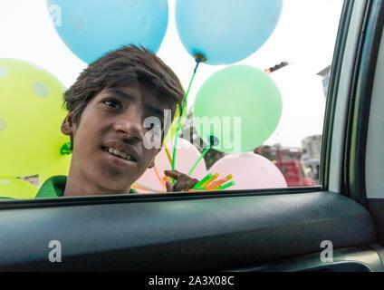 Indische Hawker verkaufen bunte Luftballons zu einem für Touristen im Auto, Rajasthan, Jaipur, Indien - Stockfoto