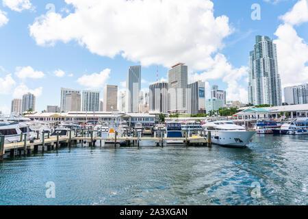 Miami, USA - 11. September 2019: Blick auf den Yachthafen in Miami Bayside mit modernen Gebäuden und Skyline im Hintergrund. - Stockfoto