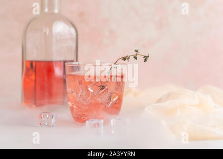 Rosa Cocktail mit Eiswürfel - Stockfoto