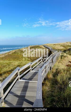 Die Promenade führt durch die Dünen an den Strand von Wenningstedt, Sylt, Nordfriesische Insel, Nort Sea, Nordfriesland, Schleswig-Holstein, Deutschland - Stockfoto