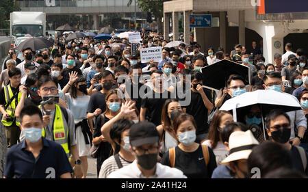 Hongkong, China. 11. Oktober 2019. Mittag Flash Mob Demonstration von pro-demokratischen Demonstranten in Chater Square, Central District in Hongkong. Die Demonstranten versammelten sich über die Behandlung von denen, die von der Polizei verhaftet, während der pro-demokratischen Demonstrationen in den letzten 4 Monaten zu protestieren. Polizei bedroht Demonstration zu stoppen, aber es friedlich geführt und abgeschlossen mit dem Marsch durch die Straßen der Stadt. Iain Masterton/Alamy Leben Nachrichten. - Stockfoto