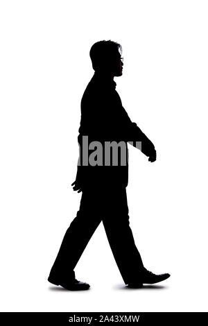Full Body Silhouette der Geschäftsmann auf einem weißen Hintergrund. Er ist in wenigen Minuten zu Geste und Bewegung durch einen Schritt nach vorn - Stockfoto