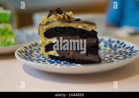 Ein Stück Schokoladenkuchen auf der Platte. Kaffee Kuchen kaffee zeit Konzept. - Stockfoto