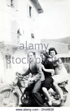 Spaß haben, sitzen mit drei Personen auf einem Motorrad ca 1950s - Stockfoto