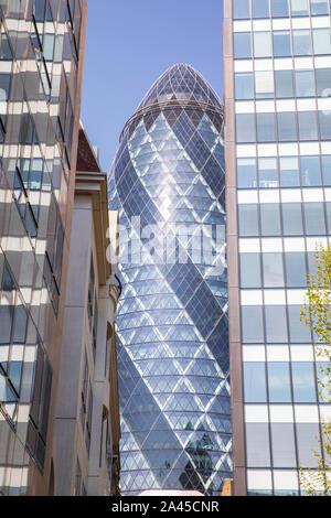 30 St Mary Axe (bisher als der Swiss Re Gebäude bekannt) informell als The Gherkin bekannt, ist eine kommerzielle Wolkenkratzer in London, England. - Stockfoto