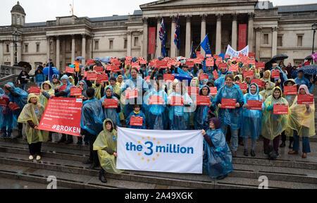 London, Großbritannien. 12. Oktober 2019. Die 3 Millionen protest Trafalgar Square. Die 3 Millionen ist eine Kampagne Organisation für EU27-Bürger in Großbritannien, den Schutz der Rechte von EU27-Bürger zu leben, zu arbeiten, zu studieren, Familien und Abstimmung in Großbritannien, wie sie gerade jetzt tun, was auch immer das Ergebnis der Brexit. Hier campigners braved Dauerregen auf Schritte am Trafalgar Square mit einem Banner und Plakate Hervorhebung Versprechen gebrochen, um im Vereinigten Königreich ansässigen EU-Bürger, die von Boris Johnson, Priti Patel und Michael Gove im Jahr 2016. Credit: Stephen Bell/Alamy - Stockfoto
