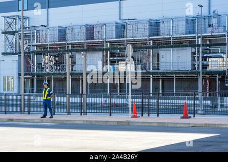 Tokio, Japan - OKTOBER 6, 2018. Die japanische Guard ist an der eingeschränkten Zone und industrielle Gebäude im Hintergrund. - Stockfoto