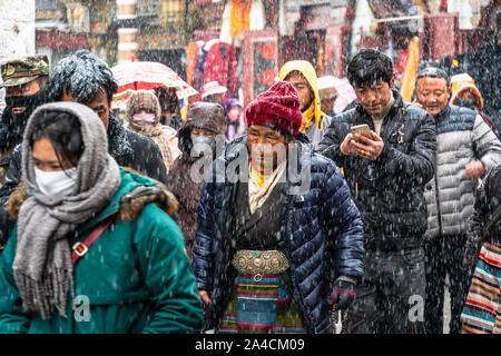 Lhasa, China - 26. Dezember 2018: die tibetischen Buddhisten devouts führen Sie eine kora um den Jokhang Tempel entlang Barkhor Straße in der Altstadt von Lhasa in Tibet - Stockfoto