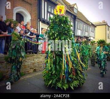 Jack im Grünen, auch als Jack o'der Grünen, ist ein englischer Folk Custom mit Feier des 1. Mai in Hastings, Großbritannien bekannt. Es handelt sich um eine Pyramide oder konischen Korbweide oder hölzernen Rahmen, der geschmückt ist mit Laub von einer Person getragen wird und im Rahmen einer Prozession, die häufig von Musikern begleitet. - Stockfoto