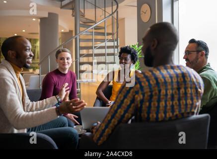 Gruppe von verschiedenen südafrikanischen Business Leute, die ein offenes Treffen in einem modernen Arbeitsplatz - Stockfoto