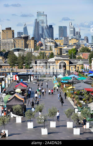 Stadt London Skyline skyline über Blick auf Canary Wharf outdoor Alfresco Restaurants & Street Food Restaurants East London Docklands GROSSBRITANNIEN - Stockfoto