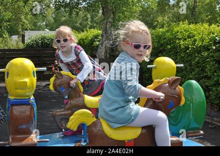 Zwei junge Mädchen auf Kreisverkehr