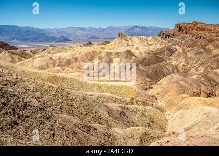 Erodieren vulkanischer Asche und Schlamm Hügel, Badlands, am Zabriskie Point, Death Valley National Park, Kalifornien, USA - Stockfoto