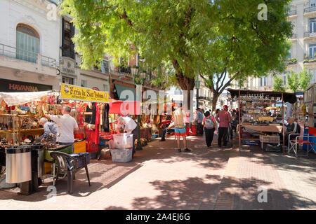 Einige Stände einrichten in San Telmo Street Market, Plaza Dorrego, Stadtteil San Telmo, Buenos Aires, Argentinien. - Stockfoto