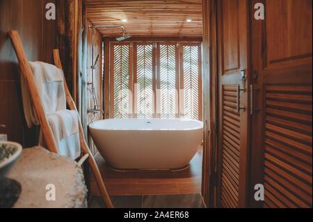 Schöne luxuriöse weiße Wanne Dekoration im Bad Interieur für Freizeitaktivitäten entspannen - Stockfoto