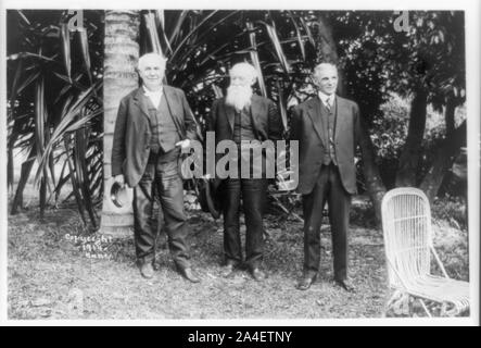 Thomas Edison, John Burroughs, und Henry Ford stellte stehend, volle Länge, an Herrn Edison's Home, Ft. Myers, Florida - Stockfoto