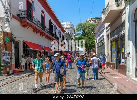 Defensa, einer kopfsteingepflasterten Straße im Stadtteil San Telmo, Buenos Aires, Argentinien - Stockfoto