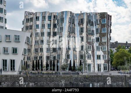 Medien Hafen - MedienHafen - an den Ufern des Rhein in Düsseldorf. Mit Frank Gehrys markante Gebäude - Neue Zollhof - in 1998 abgeschlossen. - Stockfoto