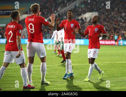 England's Raheem Sterling (rechts) feiert zählenden vierte Ziel seiner Seite des Spiels während der UEFA EURO 2020 Qualifikationsspiel am Vasil Levski National Stadium, Sofia, Bulgarien.