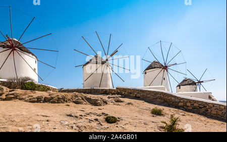 Traditionellen weißen Windmühlen in der Stadt Mykonos, Griechenland. - Stockfoto