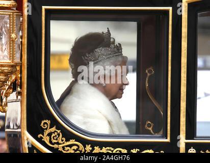 London, Großbritannien. 14 Okt, 2019. Die Öffnung des Parlaments, wo Königin Elizabeth II liefert die Queen's Speech (von der Regierung geschrieben). Mitglieder der bewaffneten Kräfte Linie der Weg zum Palast von Westminster, London, Großbritannien, am 14. Oktober 2019. Credit: Paul Marriott/Alamy leben Nachrichten