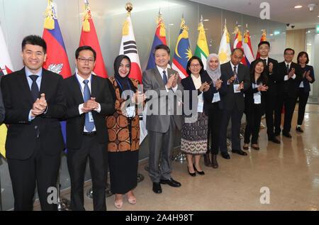 15 Okt, 2019. Korea-ASEAN-startup Workshop Teilnehmer posieren für ein Foto während einer Anlauf- und Forum für Zusammenarbeit zwischen Südkorea und der Vereinigung Südostasiatischer Nationen (ASEAN) in Seoul am 15. Oktober 2019. Credit: Yonhap/Newcom/Alamy leben Nachrichten Stockfoto