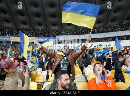 Kiew, Ukraine. 14 Okt, 2019. Ukrainische Fans feiern während der UEFA EURO 2020 Qualifikation, Gruppe B, Fußballspiel zwischen Portugal und der Ukraine am Olimpiyskiy Stadion in Kiew (Endstand; Portugal 1:2 Ukraine) Credit: SOPA Images Limited/Alamy leben Nachrichten
