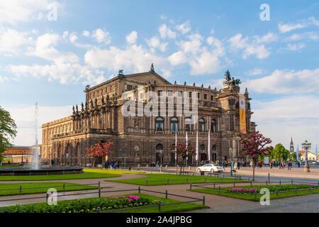 Dresden, Deutschland - 24. Mai 2010: historische Semperopera in Dresden mit blauem Himmel - Stockfoto