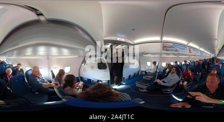 Stewardess, die Sicherheits- und Notfallmaßnahmen Unterweisung auf der ersten Israir Flug zum neuen Ramon Flughafen. Natbag, Israel, 21. Januar 2019. 360 - Stockfoto