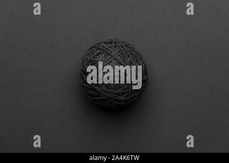 Black rubber band Ball auf einem grauen Hintergrund. 14.10.2019 Bitte Quelle: Phillip Roberts - Stockfoto