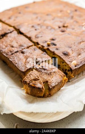 Blondie Brownie mit Erdnussbutter, weiße Schokolade und gerösteten Erdnüssen. Hausgemachte Kuchen Dessert/Blond Brownie Stücke. Hausgemachte Kuchen und Dessert. - Stockfoto