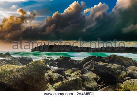 Abend mit Sonnenuntergang am Kata-Beach, Phuket, Thailand. Erleben Sie die Schönheit der Lichter im Meer widerspiegelt. - Stockfoto