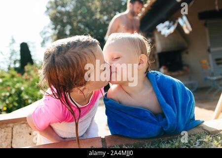 Bruder und Schwester küssen - Stockfoto