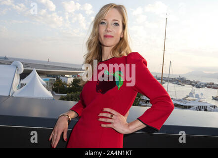 Cannes, Frankreich - Oktober 15, 2019: MIPCOM - der Welt Entertainment Content Markt mit der Besetzung der Würde, der Deutschen durch Martina Klier, Joyn, ein Reed MIDEM Event, Fernsehen Messe | Verwendung weltweit - Stockfoto