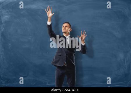 Unternehmer setzen imaginäre buttond auf der blauen Tafel Hintergrund - Stockfoto