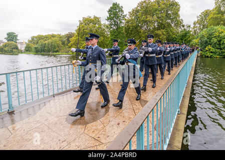 Royal Air Force RAF marschieren die blaue Brücke in St. James's Park in der Nähe von Buckingham Palace nach der Öffnung des Parlaments, London, UK - Stockfoto