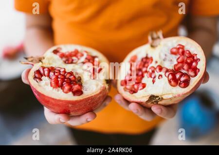 Hände, die Köstliche Granatapfel - Stockfoto